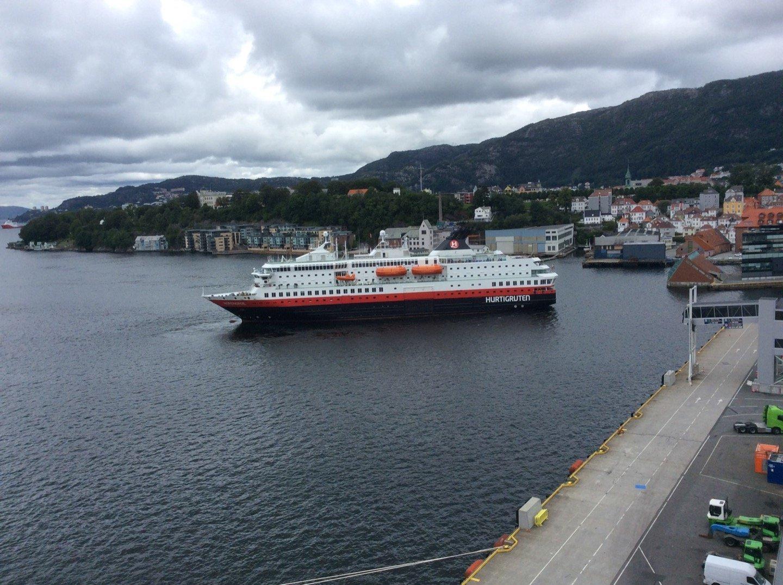 Hurtigruten atracando en Bergen